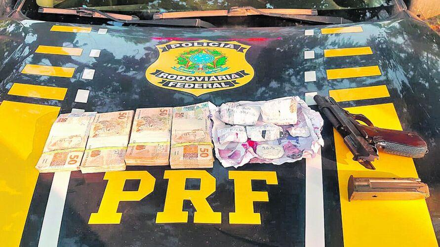 Nas imagens, a arma, o ouro, munições e dinheiro apreendidos pelos policiais rodoviários federais. Os suspeitos foram presos e encaminhados à Delegacia de Polícia Civil de Itaituba