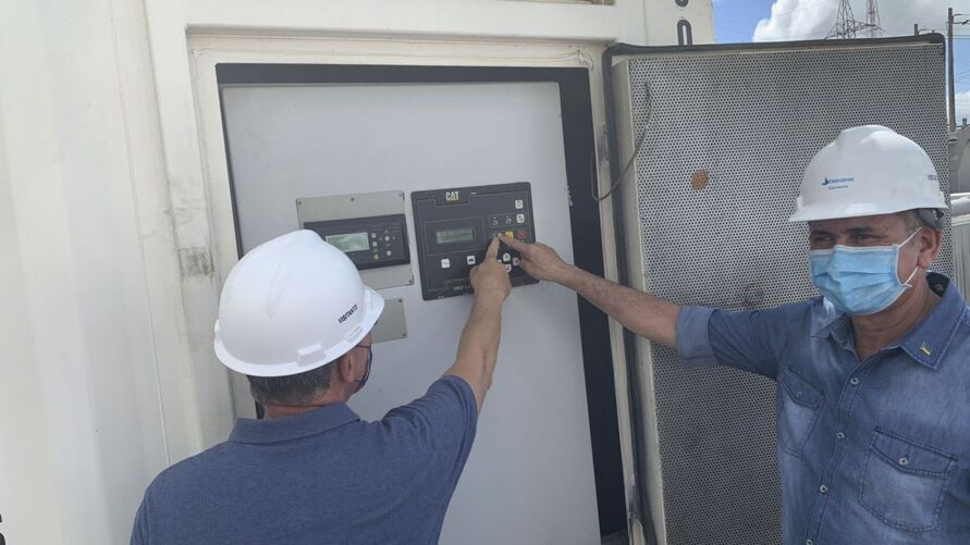 Durante a visita, o ministro acionou um dos geradores termoelétricos que irão auxiliar no restabelecimento total da energia elétrica.