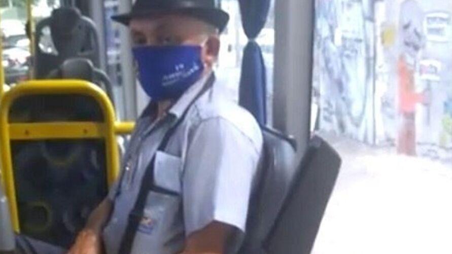 Vídeo mostra o cobrador mostrando as partes íntimas a uma passageira