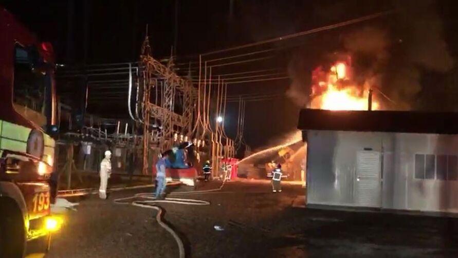 Blecaute aconteceu em 13 das 16 cidades amapaenses após incêndio em subestação de Companhia de energia.