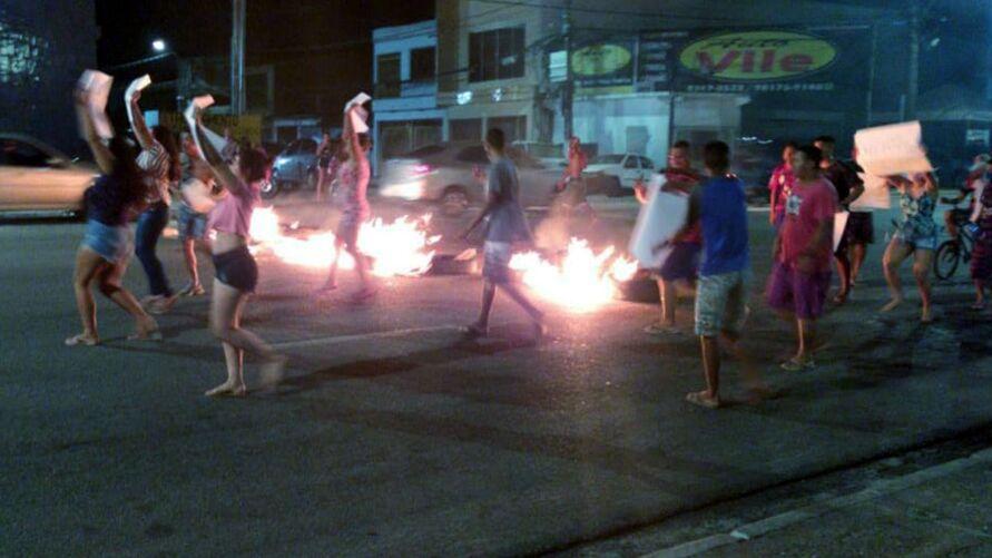 Moradores atearam fogo em pneus e em pedaços de madeira.