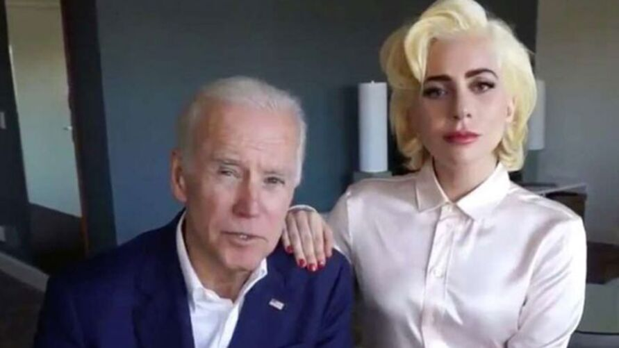Joe Biden ao lado de Lady Gaga, cantora que declarou abertamente apoio ao então candidato