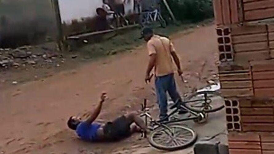O agressor acabou preso e levado para um hospital antes da delegacia