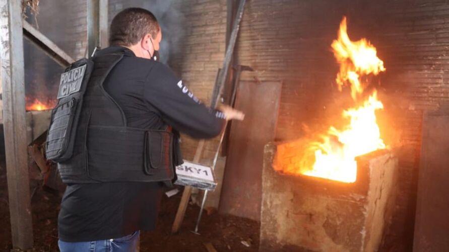 Imagem ilustrativa da notícia Polícia Civil incinera cerca de duas toneladas de drogas em Benevides