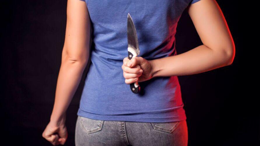 Imagem ilustrativa da notícia Mãe vê padrasto colocando pênis na boca da filha e dá facadas no pescoço dele