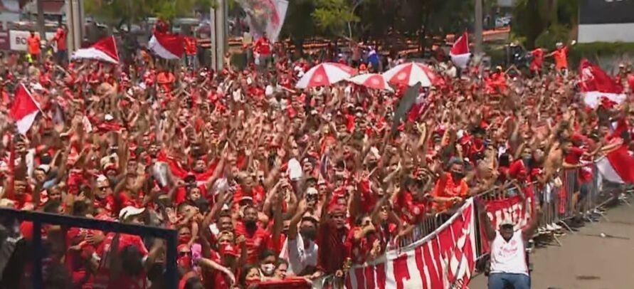 Os torcedores acompanharam os jogadores na ida para o Rio de Janeiro