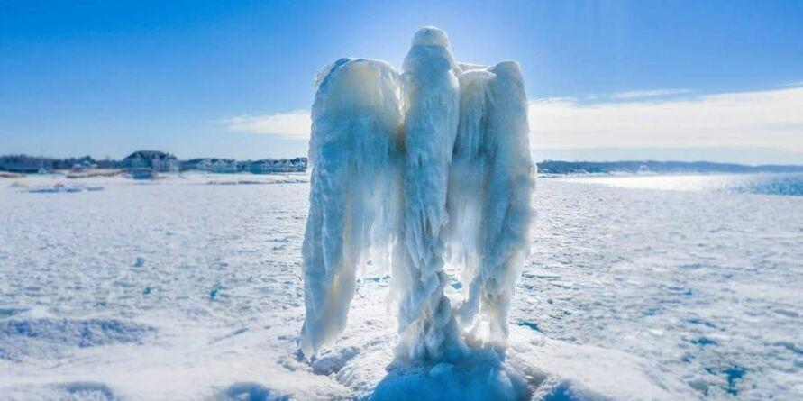 Imagem ilustrativa da notícia 'Anjo de gelo' misterioso surge em lago e assombra moradores. Veja o vídeo!