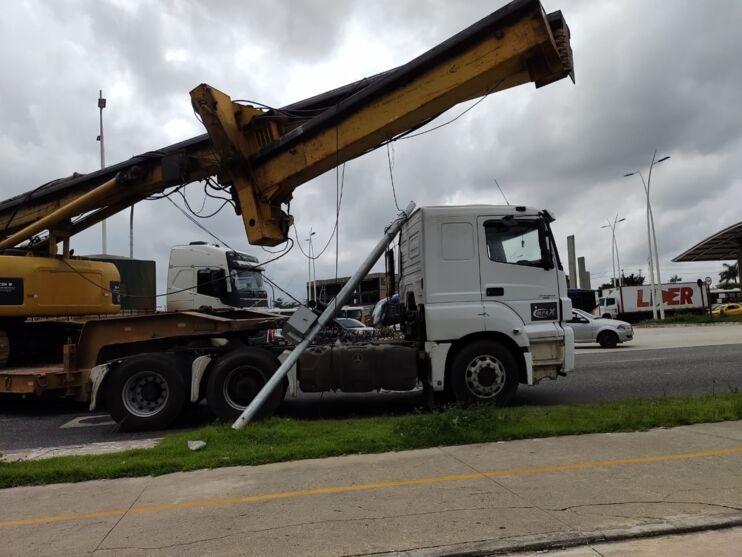 Imagem ilustrativa da notícia Caminhões derrubam semáforo e param o trânsito na Augusto Montenegro