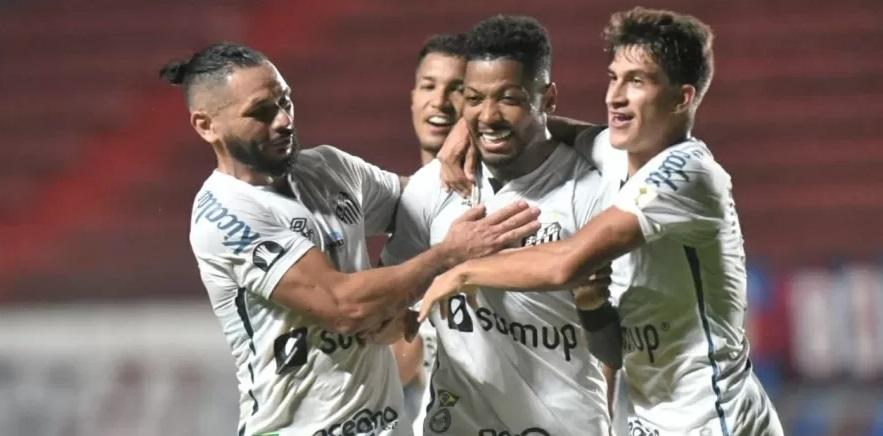 Marinho comemora o segundo gol do Santos na partida contra o San Lorenzo, pela Libertadores