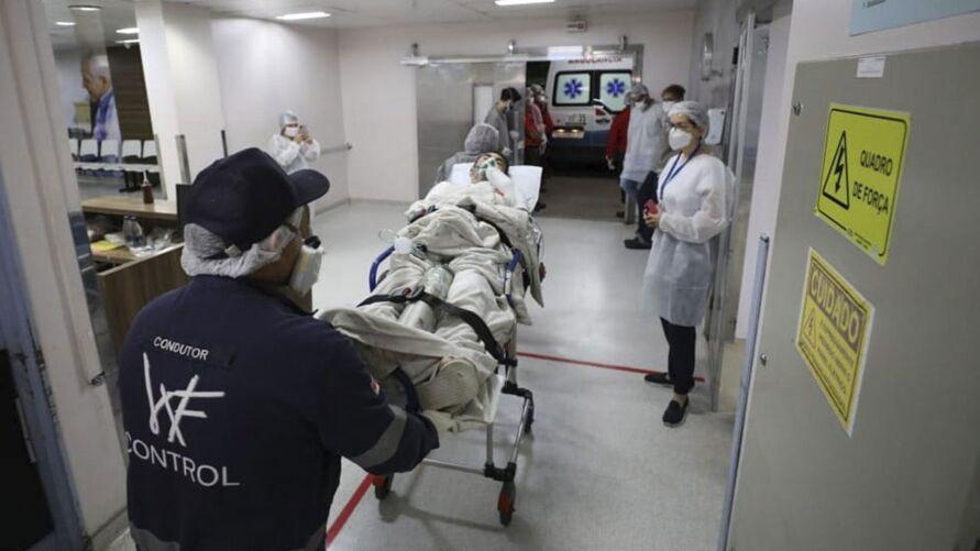 Redes de saúde em algumas cidades brasileiras já ameaçam entrar em colapso.