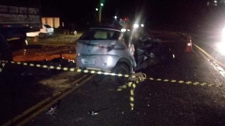 Imagem ilustrativa da notícia Pai, mãe e filho de 3 anos morrem após Celta se chocar com caminhão