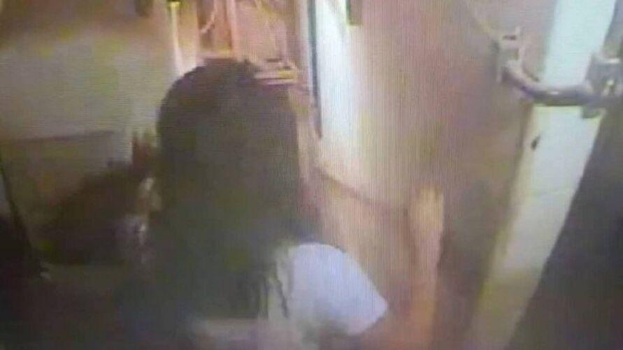Imagem ilustrativa da notícia Vídeo: fisioterapeuta se arrasta após cair de 3º andar em crise de sonambulismo