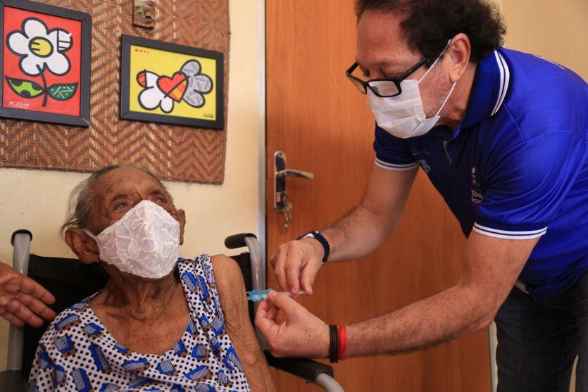 Imagem ilustrativa da notícia Aplicação da segunda dose da vacina nas pessoas com 84 anos começa hoje em Belém