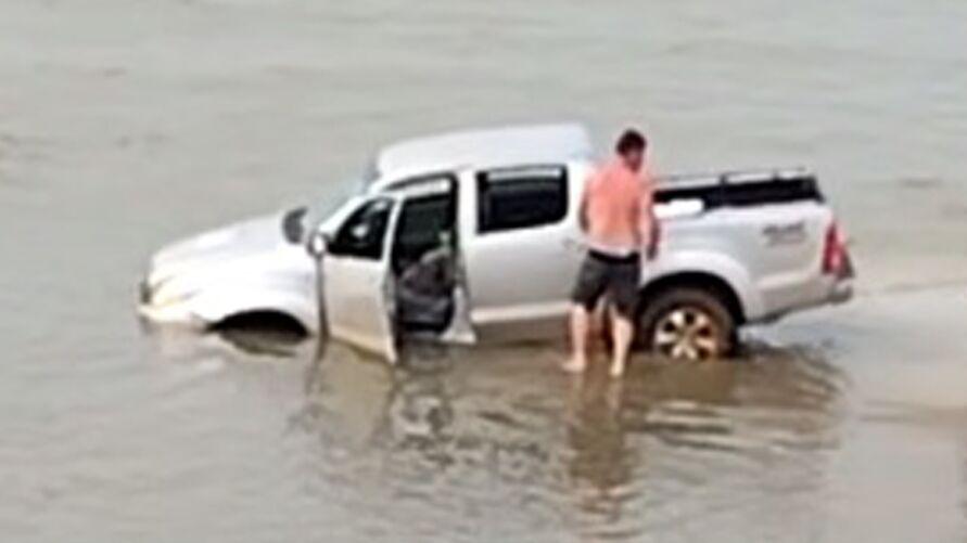 Veículo teria ficado atolado em um trecho do Farol Velho