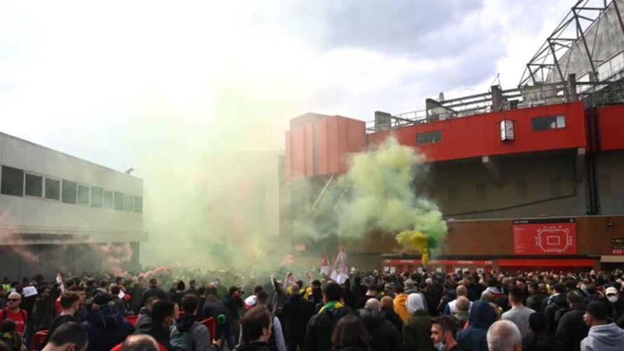 Torcedores invadiram o estádio e cercam os arredores do Old Traford
