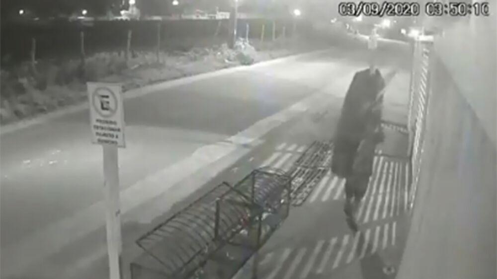 Ladrão deixa caixão na frente da casa de mulher.