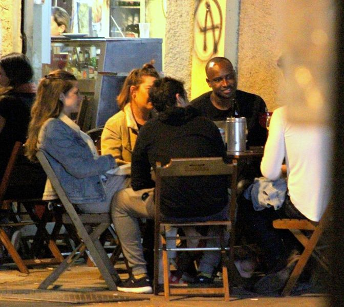Thiaguinho e Fernanda Souza curtem noite com os amigos