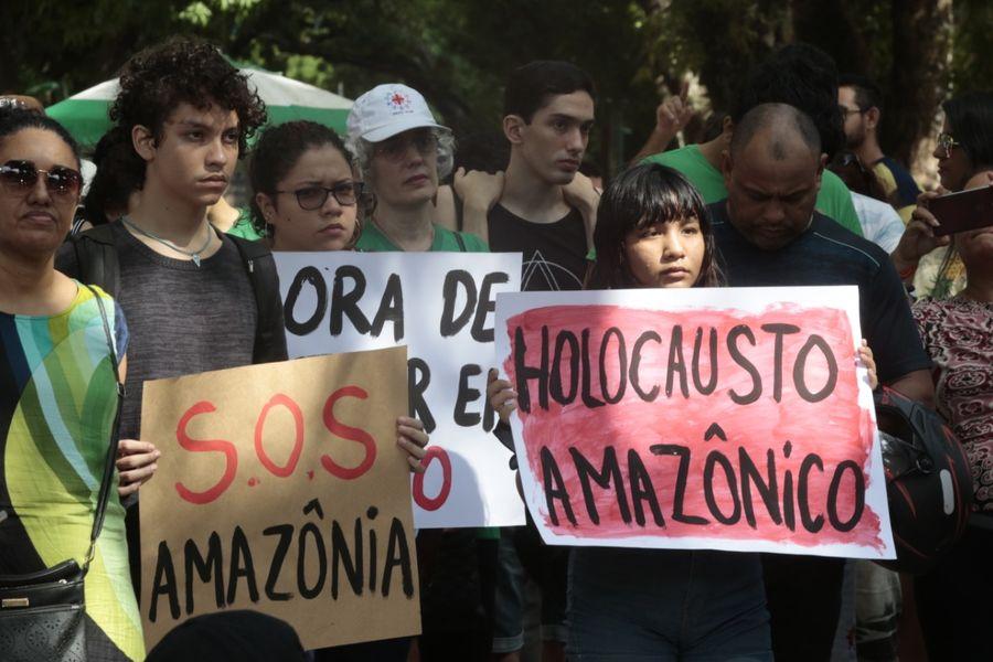 Protesto pela Amazônia em Belém leva centenas de pessoas às ruas