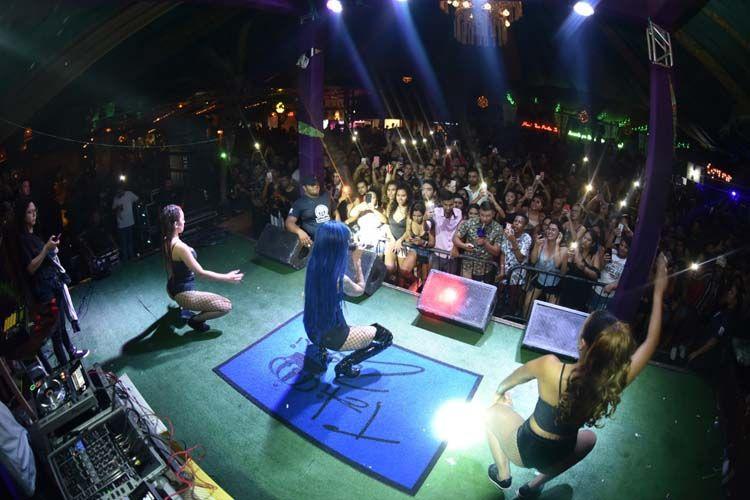 Tati Zaqui rebola a raba em Belém e causa alvoroço em show