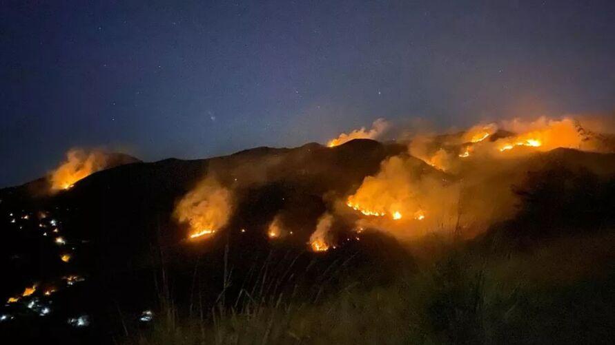 O fogo já atingiu 10 mil metros quadrados  da Reserva Biológica Estadual de Araras, uma área de preservação da Mata Atlântica localizada em Petrópolis, no Rio de Janeiro.