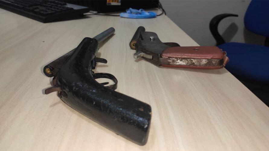 Armas encontradas com a dupla.