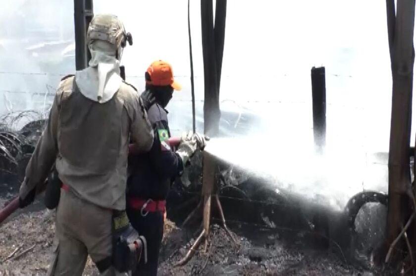 A ação dos Bombeiros para conter as chamas durou cerca de duas horas.