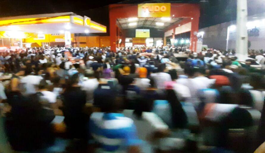 Centenas de torcedores lotaram uma loja de conveniência no Entroncamento. Nenhum protocolo de segurança sendo seguido.