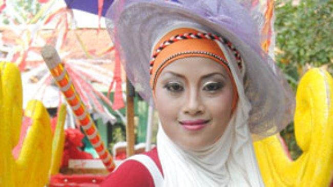 Tampil Memikat Dengan Make Up Penuh Warna