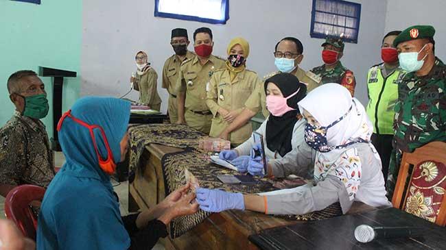 Pantau BST Kemensos Tahap Kedua, Bupati Rijanto Turun ke Desa-desa