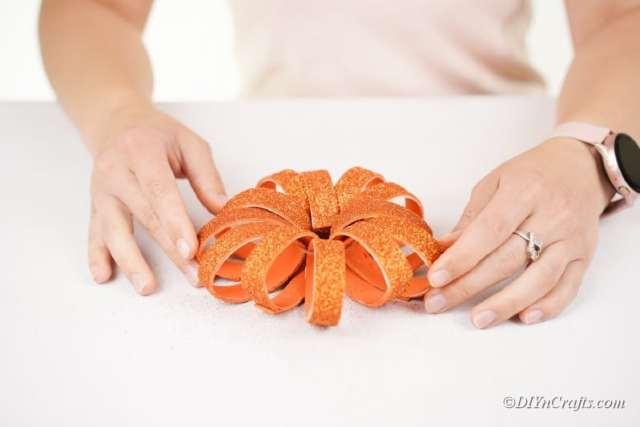 bağlantı turuncu boyalı mor kağıt rulosu parçalarını kesip