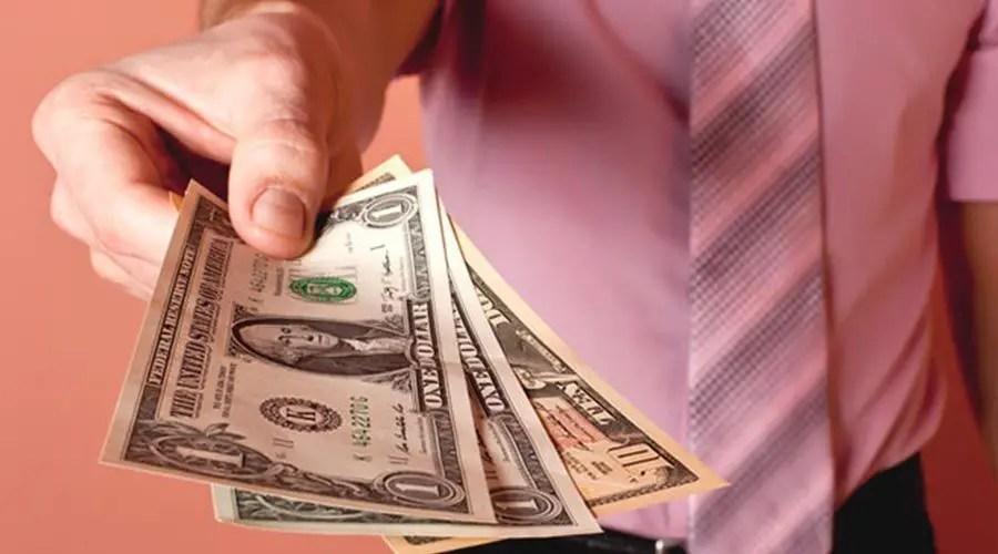 اصرف نقودا على الآخرين