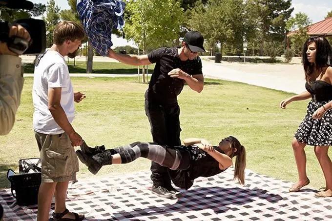 لاعب خفة يقوم بآداء احد عروضه لغرض التسلية.