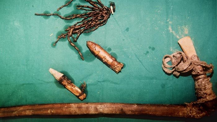 الأشياء التي وجدت إلى جانب جثة الرجل أوتزي المحفوظة في الجليد.