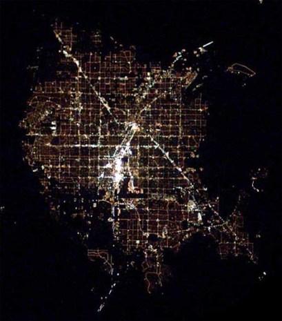https://i1.wp.com/cdn.dornob.com/wp-content/uploads/2009/08/city-nighttime-aerial-photo-las-vegas.jpg?resize=409%2C465&ssl=1