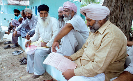 AAP candidate Himmat Singh Shergill (first from right) is also contesting the farmers' case in the Supreme Court