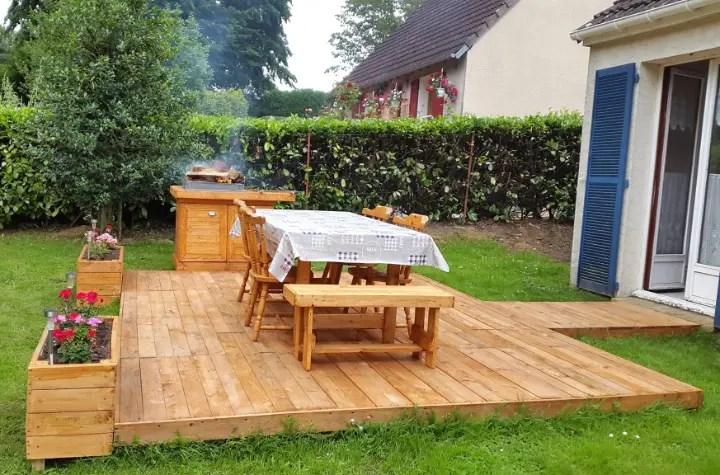 BBQ Feasting Deck Made of Pallets - DIY - Easy Pallet Ideas on Diy Backyard Deck Ideas id=26305