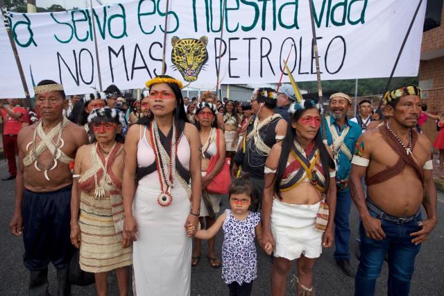 Członkowie plemienia Huaorani podczas protestu
