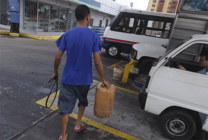 Resultado de imagen para racionamiento de gasolina en venezuela