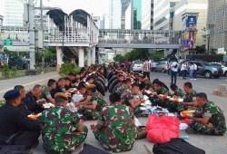 Cara Memasak Kompaknya Personel TNI dan Polri saat Buka Puasa Bersama di Jalan MH Thamrin