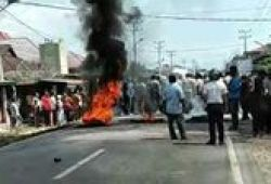 Aksi Blokir Jalan di Madina Ricuh, Mobil Dinas Wakapolres Dibakar Massa