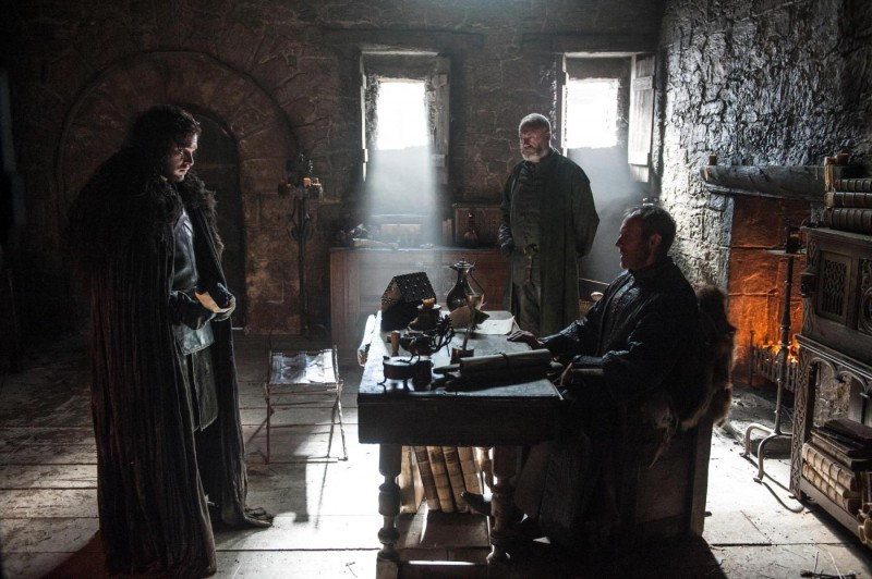 kit-harington-as-jon-snow-stephen-dillane-as-stannis-baratheon-and-liam-cunningham-as-davos-seaworth-_-photo-helen-sloan_hbo1