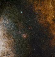 Samanyolu merkezinin geniş alan görüntüsü (ESO and Digitized Sky Survey 2. Acknowledgment: Davide De Martin and S. Guisard (www.eso.org/~sguisard)).
