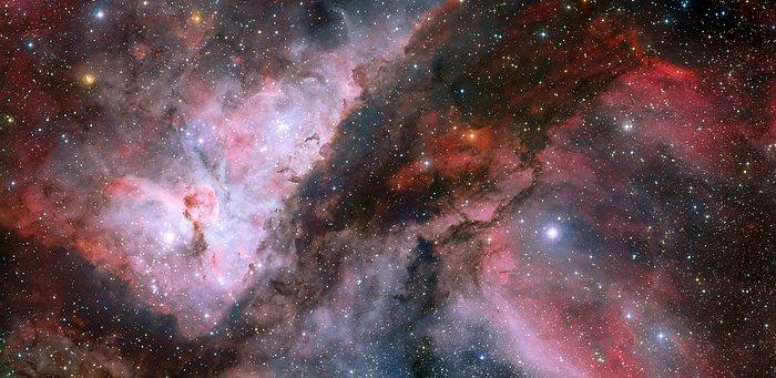 Karina bulutsusunun tüm ihtişamıyla gösteren bu fotoğrafta, merkezin sağındaki parlak yıldız WR 22 adıyla bilinen Wolf–Rayet yıldızıdır. Yine merkezin ama bu kez solunda bulutsunun kalbi olarak nitelenen yumru şeklindeki oluşumu görebilirsiniz (Telif: ESO).