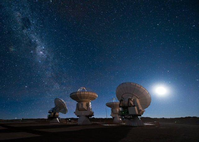 Antenas de ALMA bajo la Vía Láctea