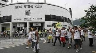Torcedores do Santos na frente da Vila Belmiro