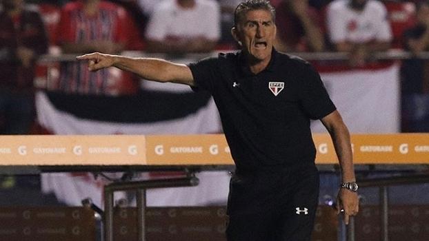 Edgardo Bauza passa instrução ao São Paulo durante goleada sobre o Trujillanos