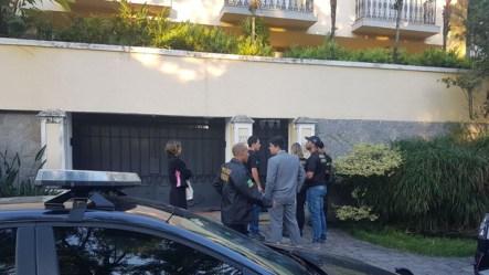 Oficiais na frente da casa de Nuzman