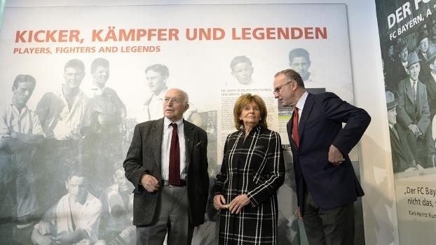 O presidente Rummenigge, Uri Siegelk, sobrinho do ex-presidente Kurt Landauer, e Charlotte Knobloch, chefe da comunidade de judeus