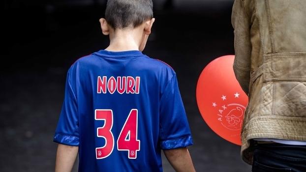 Jovem torcedor do Ajax anda com camisa de Nouri pelas ruas de Amsterdã