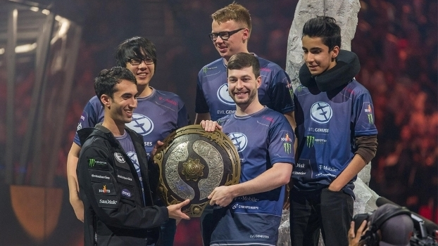 Evil Geniuses após vencer o The International 5